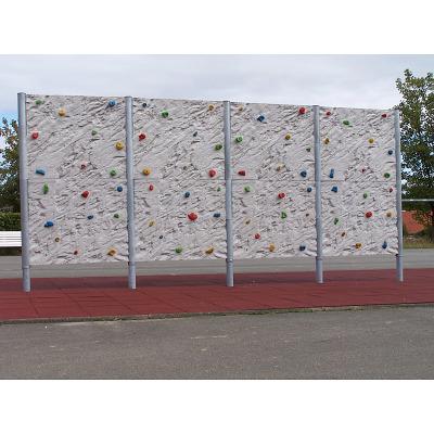 Frei stehende Boulderwand mit Felsstruktur